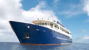 blue-manta boat
